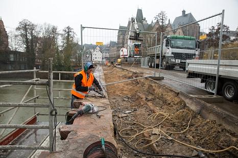 Fest verbaut: Der Sandstein der Weidenhäuser Brücke wird aktuell herausgelöst, um von einem Steinmetz professionell wiederaufbereitet werden zu können.©Stadt Marburg, Patricia Grähling