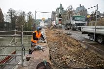 Fest verbaut: Der Sandstein der Weidenhäuser Brücke wird aktuell herausgelöst, um von einem Steinmetz professionell wiederaufbereitet werden zu können.