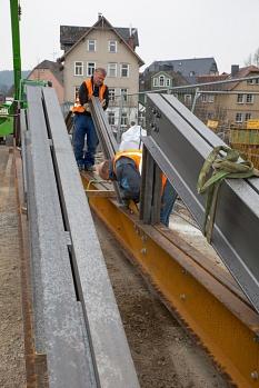 Rund 110 Tonnen Stahl bauen die Gerüstbauer zusammen – für jeweils jeden der drei Segmentbögen der Weidenhäuser Brücke. Der Stahl kommt dann als Traggerüst unter die Bögen, um das Gewicht des historischen Bauwerks zu halten.©Stadt Marburg, Patricia Grähling