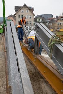 Rund 110 Tonnen Stahl bauen die Gerüstbauer zusammen – für jeweils jeden der drei Segmentbögen der Weidenhäuser Brücke. Der Stahl kommt dann als Traggerüst unter die Bögen, um das Gewicht des historischen Bauwerks zu halten.