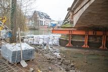 Der Bereich um den Brückenpfeiler Richtung Rudolphsplatz ist trockengelegt. Eine leistungsstarke Pumpe pumpt das eindringende Wasser stetig wieder hinaus, damit die Gerüstbauer an dieser Stelle das Traggerüst auf den Fundamenten der Pfeiler anbringen könn