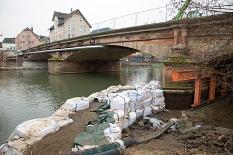 Der Bereich um den Brückenpfeiler Richtung Rudolphsplatz ist trockengelegt. Eine leistungsstarke Pumpe pumpt das eindringende Wasser stetig wieder hinaus, damit die Gerüstbauer an dieser Stelle das Traggerüst auf den Fundamenten der Pfeiler anbringen könn©Stadt Marburg, Patricia Grähling