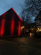 weihnachtlich beleuchtetes Gebäude rot