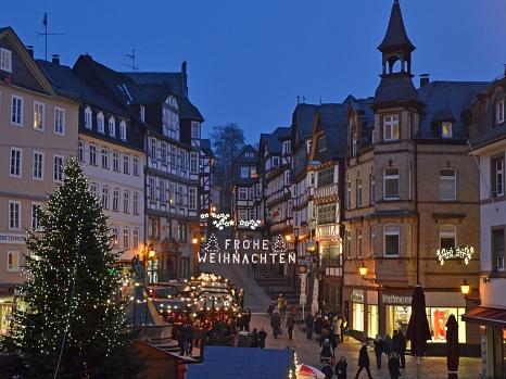 Oberbürgermeister Dr. Thomas Spies wünscht allen Marburgerinnen und Marburgern ein frohes und besinnliches Weihnachtsfest und ein glückliches und gesundes neues Jahr 2017.©Stadt Marburg, Philipp Höhn
