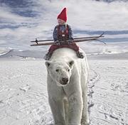 Anja reitet auf einem Eisbären durch die Winterlandschaft.