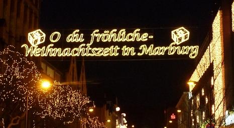 Festliche Beleuchtung in der Universitätsstraße - nicht überall können in diesem Jahr die Lichterketten aufgehängt werden.©Georg Kronenberg