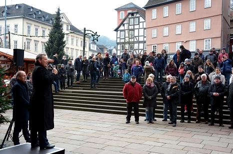 Oberbürgermeister Dr. Thomas Spies (2. von links) eröffnete die Marburger Advents- und Weihnachtsmärkte vor einer großen Besucherschar und schwärmte dabei von der historischen Kulisse der Stadt.©Nadja Schwarzwäller, i.A. der Stadt Marburg