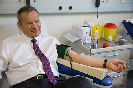Marburgs Oberbürgermeister Dr. Thomas Spies wirbt mit eigener Blutspende für den Weltblutspendetag am 14. Juni.©Stadt Marburg, Patricia Grähling