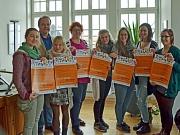 Möchten gemeinsam für den Beruf der/des Ergotherapeut/in werben: Elke Siebler (4.v.l.), Herbert Helmbrecht (2.v.l.) und sechs Auszubildende.
