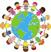 Das Logo zeigt die Erdkugel, die von Kindern verschiedener Herkunft umkreist wird. Die Kinder halten sich an den Händen.