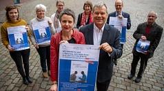 Oberbürgermeister Dr. Thomas Spies (vorne r.) und Landrätin Kirsten Fründt (vorne l.) stellen gemeinsam mit Mitgliedern des AK Onkologie, Linda Noack (hinten v.l.), Christiane Schmitt, Britta Thomé, Petra Gebhardt-Charis, Prof. Dr. Thomas Wündisch und Geo