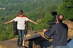 """Spannung auf der Schlossmauer: Ein professionelles Filmteam nimmt Leon Prause als """"Superheld"""" im Sommer 2017 in Marburg auf.©Feuerwehr Marburg"""