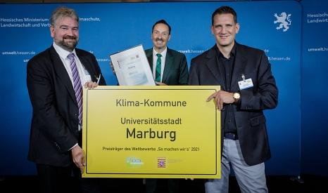 Bürgermeister Wieland Stötzel (links) und Klimaschutzmanager Achim Siehl nehmen den Preis für die Förderung von Balkon-Modulen zur Erzeugung von Strom von Staatssekretär Oliver Conz entgegen.©Petra A. Killick