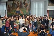 Oberbürgermeister Dr. Thomas Spies (Mitte), Stadtverordnetenvorsteherin Marianne Wölk (Mitte, davor) und Ausländerbeiratsvorsitzende Goarik Gareyan-Petrosyan (links neben Wölk), hießen rund 50 Eingebürgerte willkommen.
