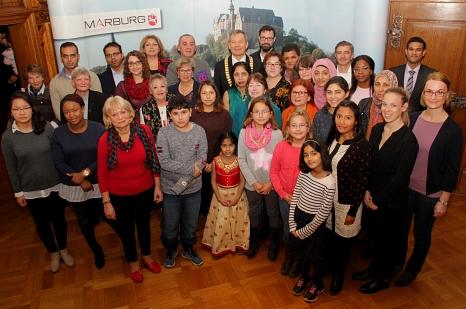 Im Anschluss an den offiziellen Teil gab es für die Gäste ein Erinnerungsfoto mit Oberbürgermeister Dr. Thomas Spies (hinten Mitte), Stadträtin Kirsten Dinnebier (rechts daneben) und Stadtverordnetenvorsteherin Marianne Wölk (links daneben).©Heiko Krause i.A.d. Stadt Marburg