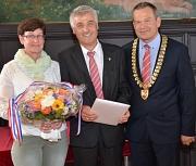 Oberbürgermeister Dr. Thomas Spies (r.) zeichnete Winfried Kissel (Mitte) für seine Verdienste um das Gemeinwohl mit der Bronzenen Ehrennadel aus. Mit dem Geehrten freute sich seine Ehefrau Brigitte Kissel.