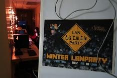 Ein Plakat für die Winter-LAN-Party und ein Blick in den coll beleuchteten Gang, in dem Jugendliche an PCs spielen.©Universitätsstadt Marburg