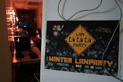 Ein Plakat für die Winter-LAN-Party und ein Blick in den coll beleuchteten Gang, in dem Jugendliche an PCs spielen.