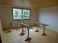 Obergeschoss: In jeder Etage liegen elf Zimmer. Es gibt Sanitäranlagen und eine kleine Teeküche. Nachhaltig in Holzbauweise und die Räume sind hell. Die Wände und Böden werden mit Grobspanplatten versehen, die Decke noch verkleidet, die Wände sind gestric©Sabine Preisler, Stadt Marburg