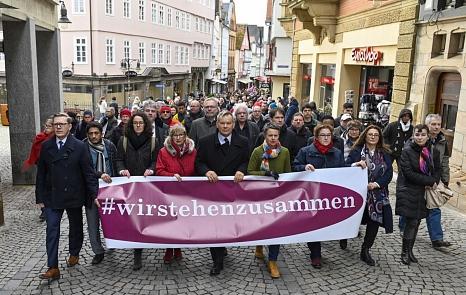 """""""Wir stehen zusammen!"""" – unter diesem Motto hat Oberbürgermeister Dr. Thomas Spies (5.vl.) den Demonstrationszug mit weiteren Vertretern der Politik und Stadtgesellschaft angeführt.©Georg Kronenberg"""