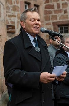"""Oberbürgermeister Dr. Thomas Spies rief bei der Mahnwache auf dem Marktplatz dazu auf """"Stell dir vor, alle Menschen teilen sich die Welt. Lassen Sie uns alle gemeinsam dafür sorgen, dass dies kein Traum bleibt!""""©Georg Kronenberg"""