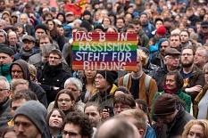 Mehr als 4000 Menschen haben sich am Samstag auf dem Marktplatz versammelt, um zusammenzustehen gegen Hass und Hetze und um den Opfern des Anschlags in Hanau zu gedenken.©Georg Kronenberg