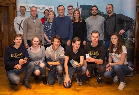 Die Jugendlichen, die Ortsvorsteher, ehrenamtliche Unterstützer von Freifunk und Mitarbeiterinnen und Mitarbeiter der Stadtverwaltung freuen sich über das neue WLAN-Angebot in den Bürgerhäusern und Jugendclubs in den Außenstadtteilen.©Stadt Marburg, Patricia Grähling