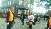 Ortsbeitratsmitglieder und junge Leute bei der Putzaktion auf dem lutherischen Kirchhof