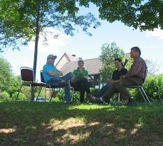 die Gäste sitzen unter Bäumen und nehmen sichZeit für Gespräche©Bernd Weimer