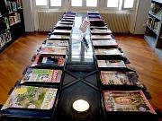 Ausgewählte Zeitschriftentitel auf Glastischen im Raum der Naturwissenschaften
