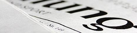 """Nahaufnahme einer Zeitung mit großen Buchstaben und verschwommenen Text """"Zeitung""""©Universitätsstadt Marburg"""