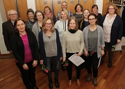 Sprachförderung in den Marburger Kitas: Monika Stein (links) übergab zusammen mit Werner Meyer (dahinter) die Zertifikate an die pädagogischen Fachkräfte.