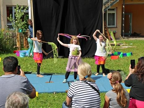 Gebastelt, Kunststücke eingeübt und am Ende gemeinsam eine Aufführung inszeniert – die Zuschauerinnen und Zuschauern waren begeistert, was die junge Zirkus-Truppe in die Manege zauberte.©Julia Burk - Inklusion bewegt