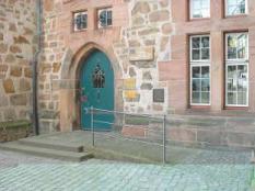 Zugang zum Rathaus mit vorgelagerter Rampe©Universitätsstadt Marburg
