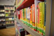 Zum Ausleihen und Mitnehmen oder direkt vor Ort gemütlich stöbern, blättern, lesen: In der Marburger Stadtbücherei gibt es mehr als 100.000 Medien für die Nutzer*innen.