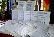 Zusätzlich zu den Geschenken erhielten die Auszubildenden auch ihre Mappen für wichtigen Informationen für den Einstieg.©Stadt Marburg, Birgit Heimrich