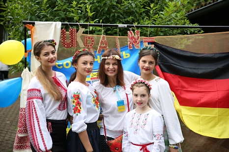 Farbenfroh zeigten sich die Ukrainerinnen bei dem Besuch des Bürgermeisters.©Anna Scheidemann, OBOZ Marburg Plus