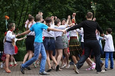 Mit viel Freude präsentierten die Gäste aus der Ukraine ihren einstudierten Tanz.©Anna Scheidemann, OBOZ Marburg Plus