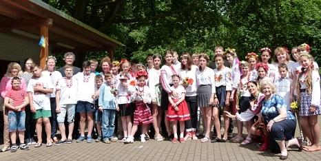 Bürgermeister Dr. Franz Kahle (4. v. l.) hieß die ukrainischen Kinder mit ihren Begleiterinnen und Begleitern auf dem Freizeitgelände Stadtwald willkommen.©Ute Schneidewindt, Stadt Marburg